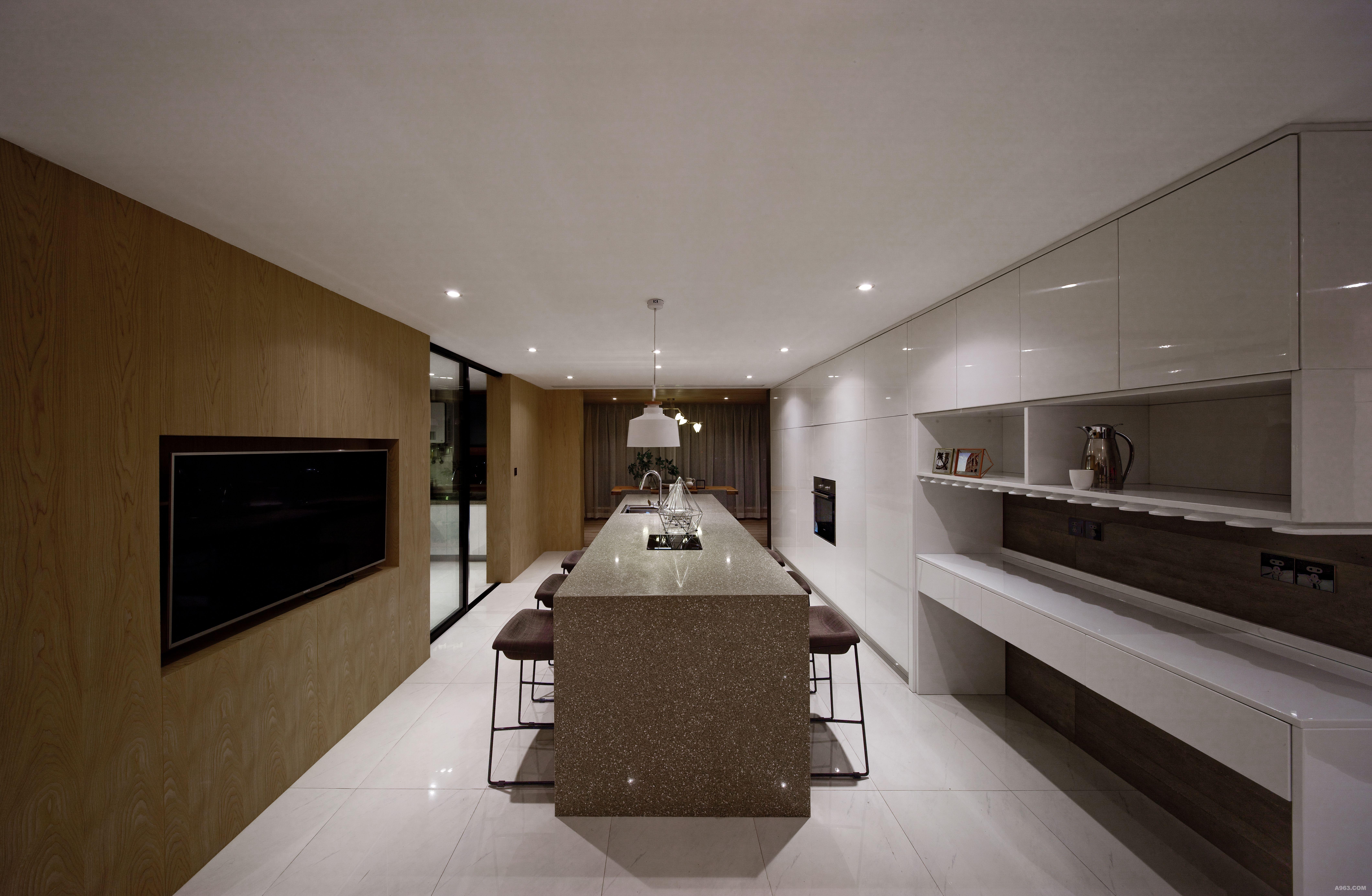 高柜和西餐台的设计极大的满足了主人的实用功能
