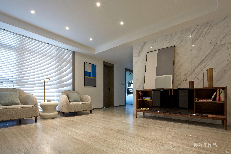 空间的美感经得起时间考验,入户纹理细腻而丰富的大理石纹瓷砖,为家增添一抹干净的底色;金属色的饰品和艺术画作彰显主人的个性和品位。